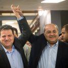 חברי-הכנסת איימן עודה ואחמד טיבי מחוץ למשרדי ועדת הבחירות המרכזית, 21.2.2019 (צילום: יונתן זינדל)