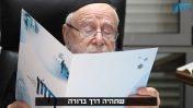 """הרב דב ליאור, ממנהיגי הימין הקיצוני, מעיין בברושור של """"חזון"""", מתוך סרט תדמית של הארגון (צילום מסך)"""