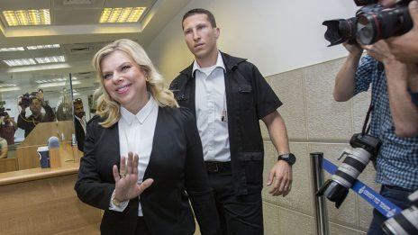 שרה נתניהו מגיעה לאולם בית-המשפט לדיון בתביעת מני נפתלי (צילום: יונתן זינדל)