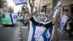 אשה שאינה בועז ביסמוט מברכת את טראמפ ברחוב המלך ג'ורג' בירושלים, 13.3.2019 (צילום: הדס פרוש)