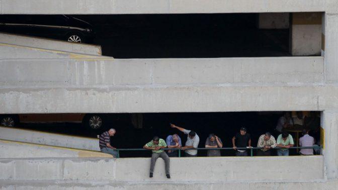 חניון ברמאללה, ובו פלסטינים בהפסקה מעבודה (צילום: נתי שוחט)