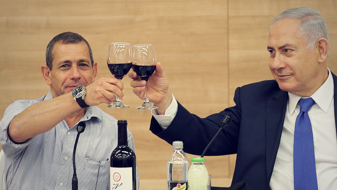 """ראש השב""""כ נדב ארגמן וראש הממשלה בנימין נתניהו משיקים כוסות, בצילום שהפיצה דוברות השב""""כ (פלאש 90)"""