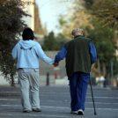 מטפלת מסייעת לקשיש, ירושלים (צילום: יוסי זמיר)