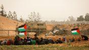 פלסינים מפגינים סמוך לגבול עם רצועת עזה, מזרחית לרפיח, 30.3.2019 (צילום: פלאש 90)