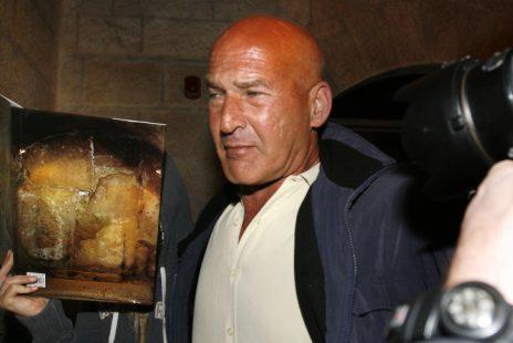 בר רפאלי (משמאל) מסתתרת מצלמים בעת ביקור עם דיקפריו בכותל המערבי (צילום: מיכל פתאל)