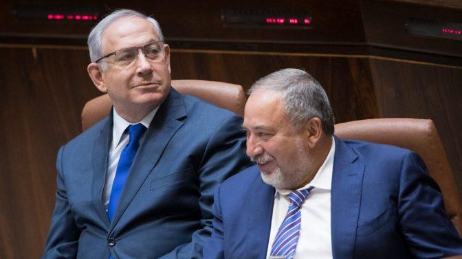 בנימין נתניהו ואביגדור ליברמן במליאת הכנסת, 2017 (צילום: יונתן זינדל)