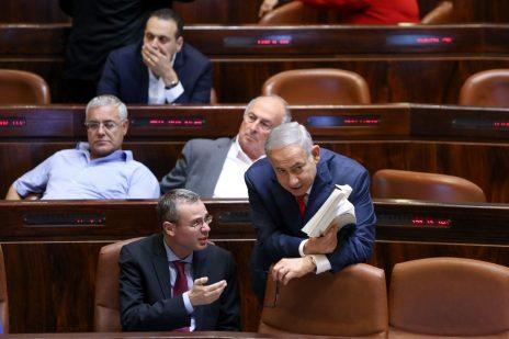 יריב לוין ובנימין נתניהו במליאת הכנסת, יולי 2018 (צילום: נעם ריבקין-פנטון)