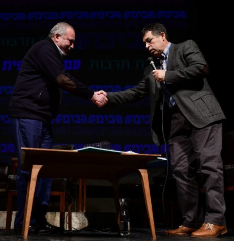 בן כספית לוחץ את ידו של אביגדור ליברמן. תל-אביב, 2.3.2019 (צילום: תומר נויברג)