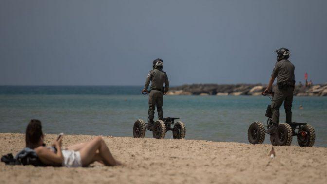 """שוטרי מג""""ב מפטרלים בחוף תל-אביבי, 15.5.2019 (צילום: הדס פרוש)"""
