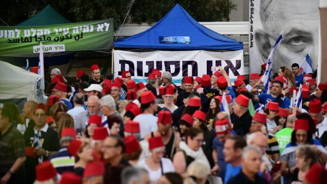 מפגינים נגד נתניהו חובשים תרבושים, תל-אביב 25.5.2019 (צילום: תומר נויברג)
