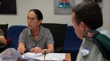 """יו""""ר הוועדה, השופטת בדימוס איילה פרוקצ'יה, בפגישה שבה הציגה את הדו""""ח לדובר צה""""ל רונן מנליס (מימין). 23.5.2019 (צילום: דובר צה""""ל)"""