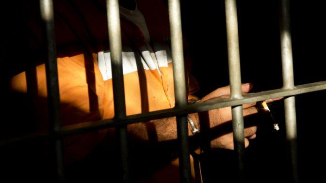 אסיר מאחורי הסורגים (צילום: משה שי)