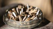 בדלי סיגריות במאפרה (צילום: יוסי זמיר)