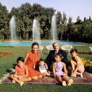 מוחמד רזא שאה פהלווי ומשפחתו, איראן, שנות ה-70 (צילום: נחלת הכלל)