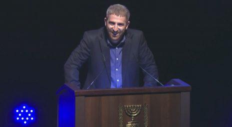 """נטע ליבנה נואם בטקס """"המורה של המדינה"""", 13.6.2019 (צילום מסך מתוך שידורי ynet)"""