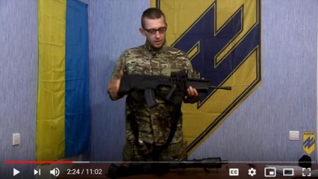 צילום מסך מתוך סרטון של מיליציה אוקראינית שבו נראה חייל המדגים את השימוש ברובה ישראלי מסוג תבור (מתוך העתירה)