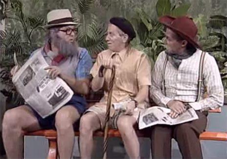 """גידי גוב, מוני מושונוב ואבי קושניר באחד ממערכוני קוראי העיתונים של """"זהו זה"""", 1992 (צילום מסך)"""