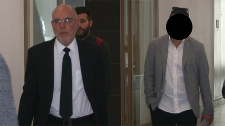 """דודו דיגמי (מימין), סוחר הנשים המורשע שייסד את חברת הנדל""""ן מיזמים (כעת אורבן נדל""""ן), שתבעה את העיתונאית שרון שפורר. משמאל: עורך-דינו, עמוס ון-אמדן (צילום: אורן פרסיקו)"""