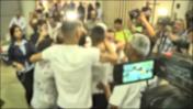 הישראלים ששוחררו ממעצר בקפריסין בחשד לאונס קבוצתי רוקדים בשדה התעופה בן-גוריון (צילום מסך)