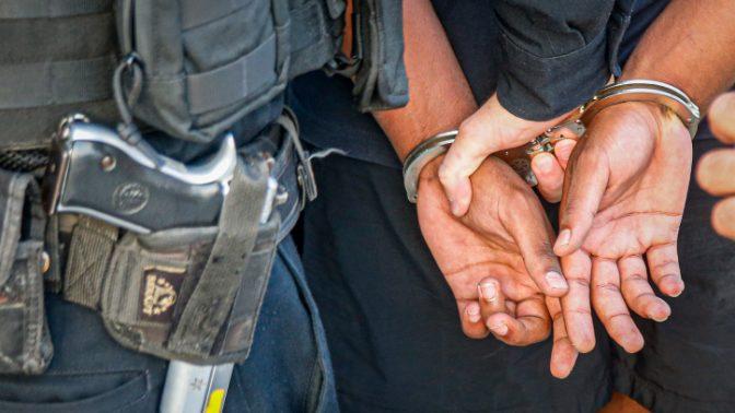 ידיהם של שוטר ועצור בעצרת מחאה נגד אלימות משטרתית בעקבות הרג סלומון טקה. נתניה, 7.10.2019 (צילום: רועי אלומה)