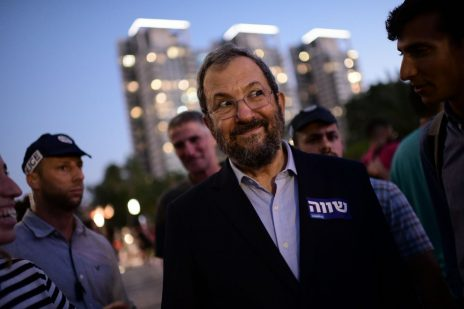 אהוד ברק בהפגנה של הקהילה הגאה. תל-אביב, 14.7.2019 (צילום: תומר נויברג)