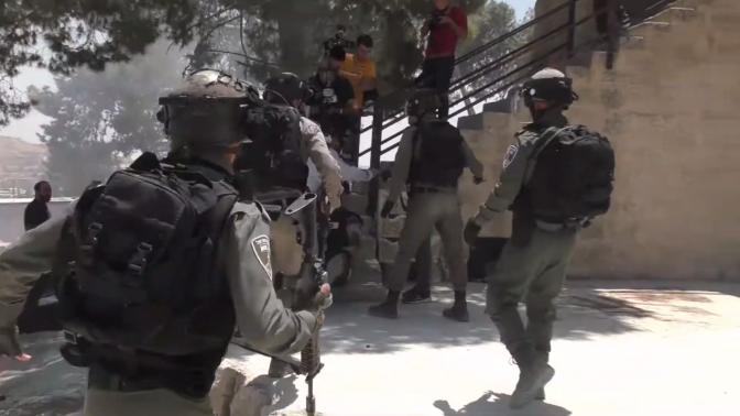 """שוטרי מג""""ב מפזרים עיתונאים המסקרים את ההפגנות בואדי אל-חומוס בירושלים, 2.8.19 (צילום מסך מתוך סרטון דוברות מג""""ב)"""