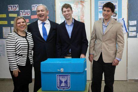בנימין נתניהו עם רעייתו שרה ובניו יאיר ואבנר בקלפי ירושלמית בבחירות 2013 (צילום: מארק ישראל סלם)