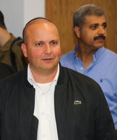 ראש עיריית אשקלון לשעבר איתמר שמעוני בבית-המשפט המחוזי בתל-אביב, כשברקע נראה איש העסקים יואל דוידי, 2017 (צילום: פלאש 90)