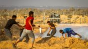 פלסטינים מפגינים בגבול רצועת עזה, 2.8.2019 (צילום: עבד רחים כתיב)