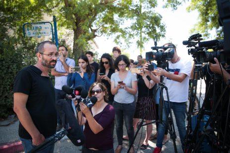 יואב שורק, אביו של דביר שורק, מדבר עם התקשורת מחוץ לבית המשפחה בעפרה. 8.8.2019 (צילום: פלאש 90)