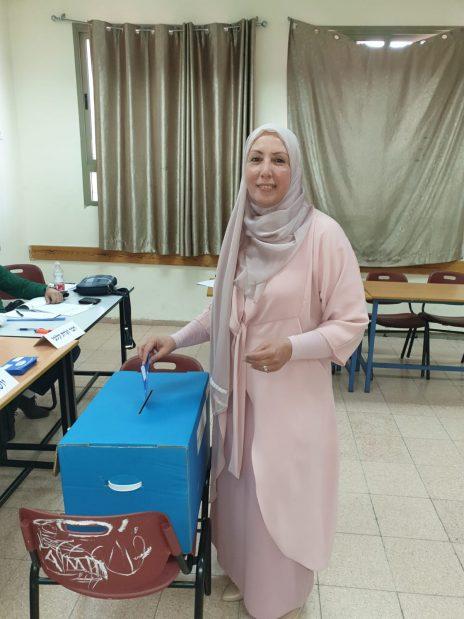 """אימאן יאסין ח'טיב מצביעה לכנסת, אפריל 2019 (צילום: רע""""ם-בל""""ד)"""