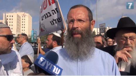 הרב טאו (מימין) עם הרב יגאל לוינשטיין, מראשי מכינת עלי, בהפגנה נגד מצעד הגאווה (צילום מסך)