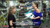 """""""וכשאת נכנסת לחנות פתאום את מוצאת את עצמך יוצאת עם כל החנות"""", רותי שילוני ומרואיינת בחנות לכלים חד-פעמיים, בכתבה בחדשות 12 (צילום מסך)"""