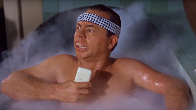 """מיקי רוני בתפקיד מר יוניושי, """"ארוחת בוקר בטיפאני"""" (צילום מסך)"""