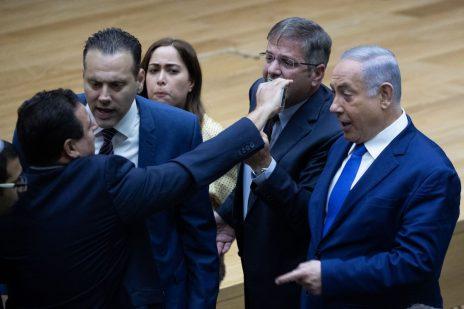 """ח""""כ איימן עודה מניף סלולרי אל מול פניו של ראש הממשלה, בנימין נתניהו, שלשום במהלך דיון בכנסת (צילום: יונתן זינדל)"""