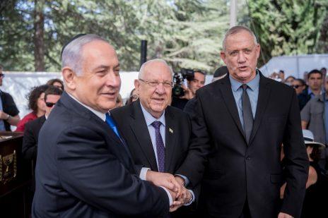 בנימין נתניהו, בני גנץ והנשיא ראובן ריבלין באזכרה לשמעון פרס, 19.9.2019 (צילום: יונתן זינדל)