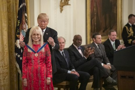 הנשיא דונלד טראמפ מעניק את מדליית החירות למרים אדלסון. הבית הלבן, 16.11.2018 (צילום: איימי רוזטי, הבית הלבן)