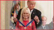 """נשיא ארצות-הברית, דונלד טראמפ, מעניק את מדליית החירות לתורמת המיליונים ומו""""לית """"ישראל היום"""" מרים אדלסון (צילום: הבית הלבן; עיבוד: """"העין השביעית"""")"""