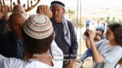 """עימות בין פלסטינים למתנחלים במאחז """"שירת העשבים"""". מימין: צלם עיתונות בקסדה ואפוד מגן (צילום מסך: אקטיבסטילס)"""