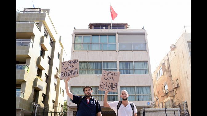 מפגינים מול שגרירות טורקיה בתל-אביב נגד המתקפה על הכורדים; 13.10.19 (צילום: תומר נויברג)
