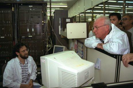 """יצחק רבין, בעת כהונתו האחרונה כראש ממשלה, מבקר במפעל טלרד בעיר לוד. יולי 1995 (צילום: אבי אוחיון, לע""""מ)"""