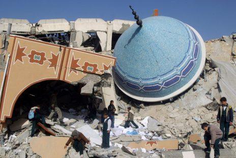 """חורבות בית-ספר ברפיח, אחרי שנפגע מטילי צה""""ל, 25.1.2009 (צילום: עבד רחים ח'טיב)"""