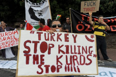 הפגנה אנטי-טורקית ופרו-כורדית שהתקיימה מול שגרירות טורקיה בתל-אביב, יולי 2010 (צילום: גילי יערי)