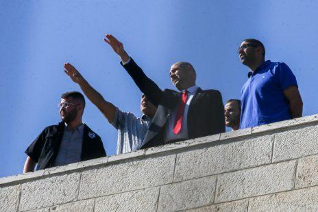 שר המשפטים אמיר אוחנה על גג בניין משרד המשפטים בעת השימוע בתיקי ראש הממשלה בנימין נתניהו, אתמול (צילום: פלאש 90)