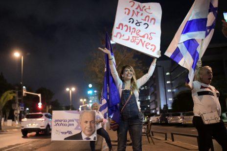 הפגנת תמיכה בראש הממשלה בנימין נתניהו מחוץ למשרדי חדשות 12, 17.10.2019 (צילום: תומר נויברג)