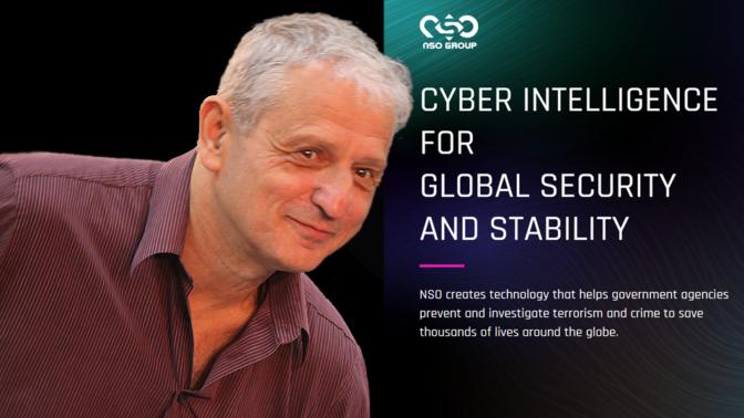 נחום ברנע על רקע דף הבית של אתר האינטרנט של חברת הריגול הפרטי NSO (צילום מקורי: פלאש90)