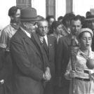 הנשיא חיים ויצמן ורעייתו ורה משתתפים בטקס הדלת נרות חנוכה ליד ביתם ברחובות, 1949 (צילום: הנס פין)