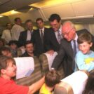 """יצחק רבין, ראש הממשלה, מברך עולים חדשים שטסו עמו במטוס מרוסיה לישראל. 1994 (צילום: אבי אוחיון, לע""""מ)"""