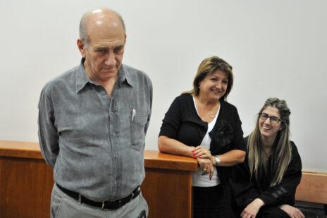 אהוד אולמרט ושולה זקן בבית-המשפט המחוזי בירושלים, 19.7.2011 (צילום: עומר מירון)
