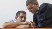 """עו""""ד דוד ברהום (מימין) עם הרוצח דניאל מעוז (צילום: אורי לנץ)"""